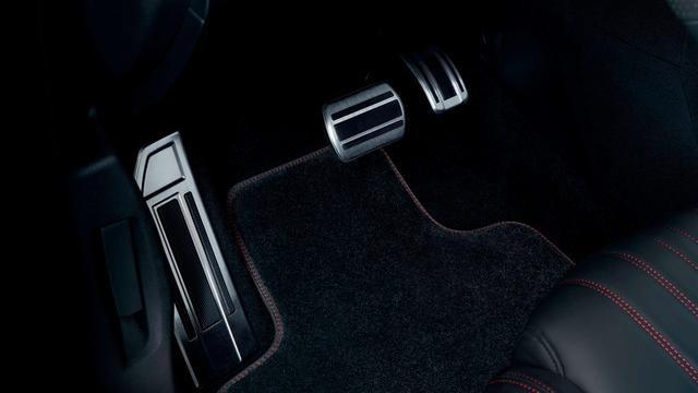 Nuova PEUGEOT 308 GT – pedale e riposa piedi in alluminio